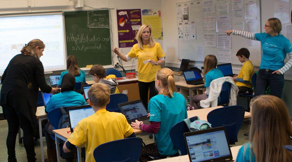 Foreldre og ildsjeler landet rundt bidro til kodetimen, for å gi barna en innføring i programmering. Her fra klasse 7b på Ullevål skole hvor Microsoft stilte sterkt.