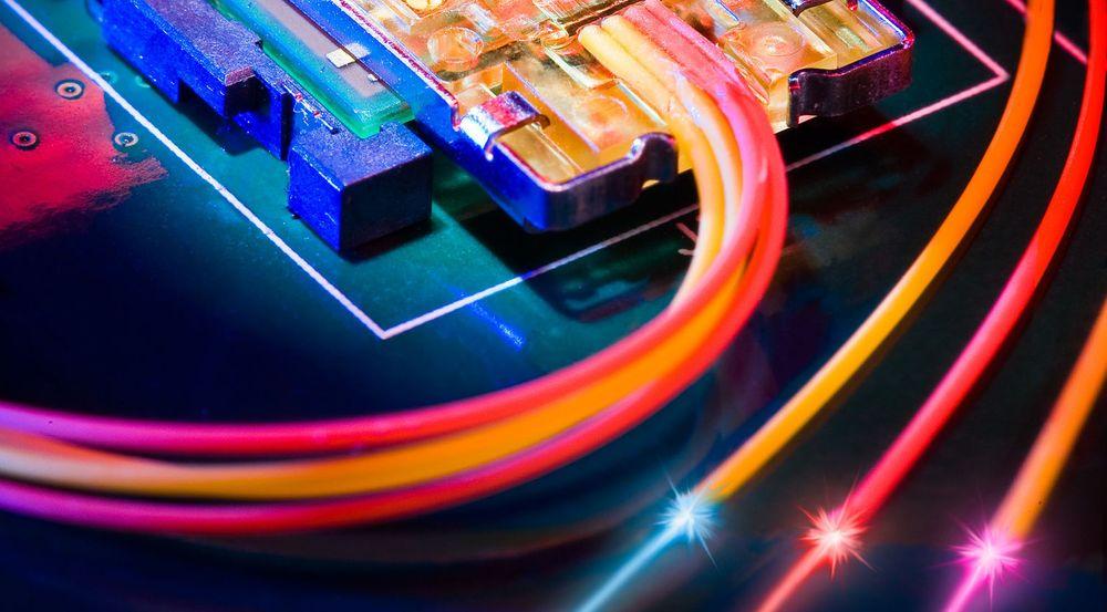 LYSENDE FREMTID: Morgendagens datamaskiner vil trolig ikke bare bruke lys og optikk når de kobles til eksterne enheter, slik som med Thunderbolt-modulen vist på bildet. Målet er at også komponenter på hovedkortet og inne i mikrobrikkene skal kunne kommunisere med hverandre ved hjelp av lys.
