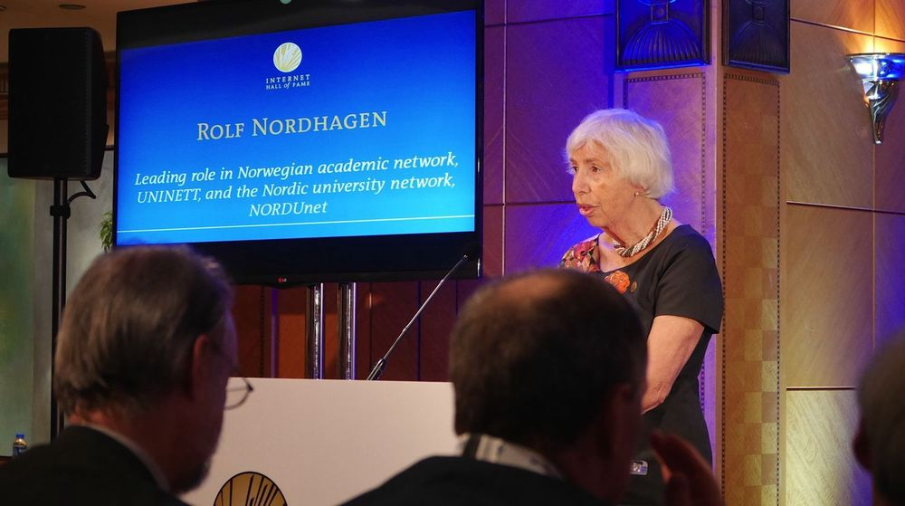 Anne-Lise Nordhagen holdt takketale etter å ha mottatt utmerkelsen på vegne av sin avdøde ektefelle Rolf Nordhagen.