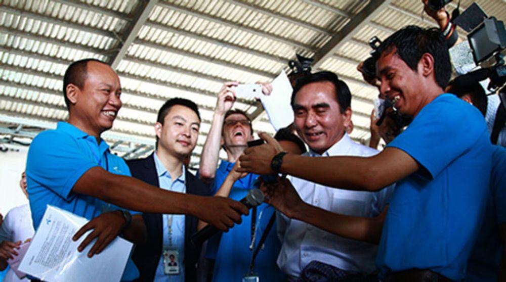Petter Børre Furberg (i midten) som leder Telenor Myanmar gleder seg stort over åpningen av selskapets mobilnett i landet. Det skjedde i Myanmars største by Yangon.