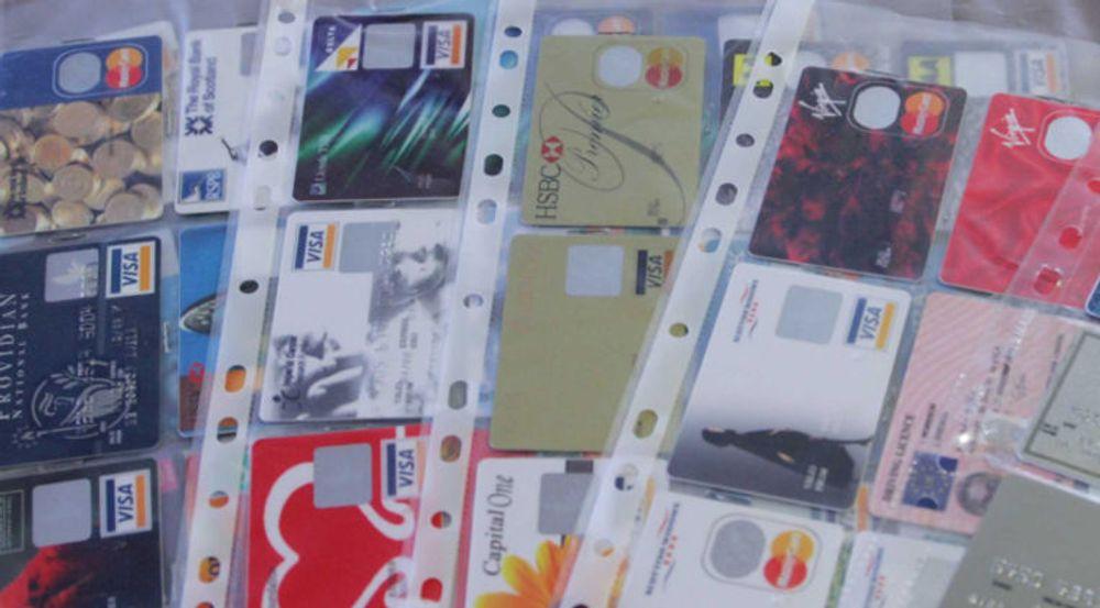 ID-tyveri i dag er først og fremst digital. Dette bildet av London-politiets samling av falske og stjålne kredittkort er fra 2006.