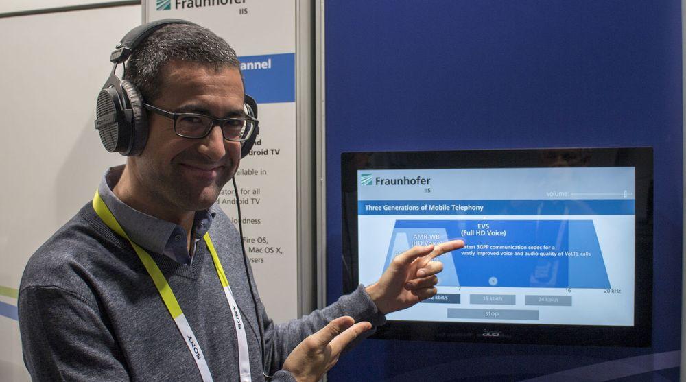 Mye bedre lyd i telefonen: EVS - Enhanced Voice Services, eller Full HD Voice som reklamebetegnelsen sikkert blir, skal inn i smarttelefonene forteller dr. ing. Alfonso Carrera i forskningsinstituttet Fraunhofer som har utviklet teknologien.