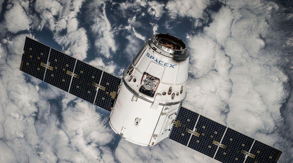 Milliardærene Elon Musk og Richard Branson investerer i hvert sitt prosjekt for globalt, satellittbasert bredbånd. På bildet vises en satellitt som eies av SpaceX, et selskap Musk grunnla i 2002. Men denne satellitten er langt større enn mikrosatellittene som nå planlegges.
