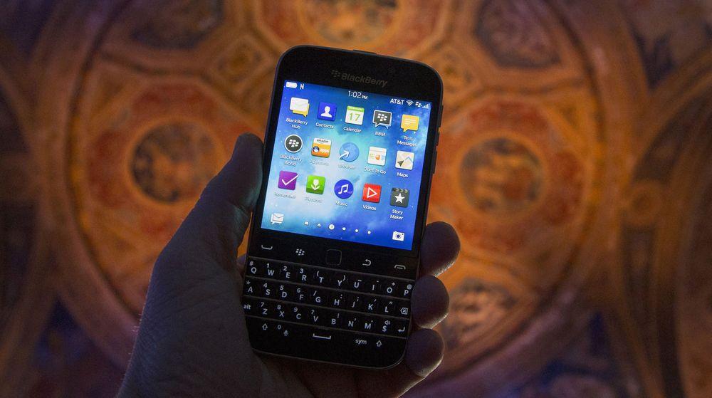 Den nye modellen Blackberry «Classic» vist frem under en lansering i New York før jul. Selskapet, som er mer eller mindre alene om å tilby smarttelefoner med tastatur, avviser ryktene om et oppkjøp av Samsung.