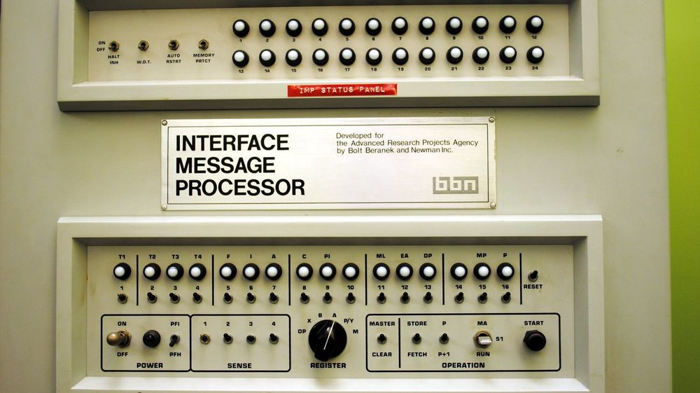 Bildet viser verdens første Internet Message Processor (IMP), som ble brukt ved UCLAs Boelter 3420-lab og ble den første noden i ARPANET. I praksis var det en primitiv ruter. Den første meldingen som ble sendt ble laget på en SDS Sigma-7 datamaskin.