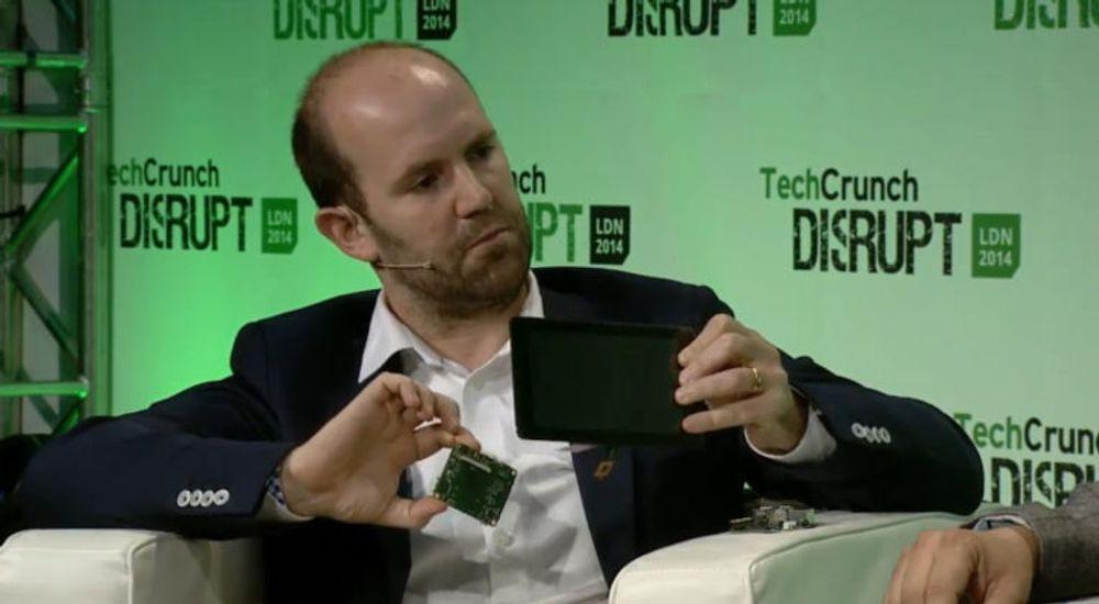 Eben Upton viser frem skjermen til Raspberry Pi.