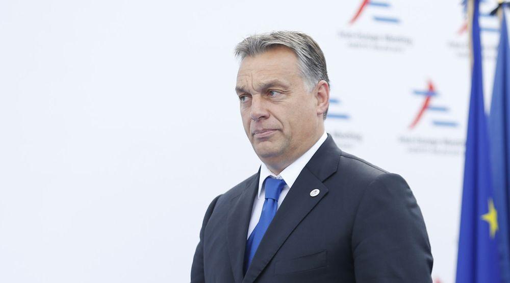 Statsminister Viktor Orban og regjeringen i Ungarn får kritikk fra mange hold for å innføre antidemokratiske tiltak. Søndag demonstrerte mange tusen i Budapest mot en ny avgift på internettbruk.