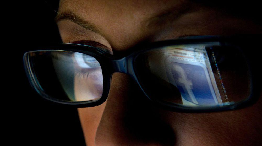 Facebook og andre sosiale medier får skylden for at SMS-trafikken i julehøytiden har falt kraftig.