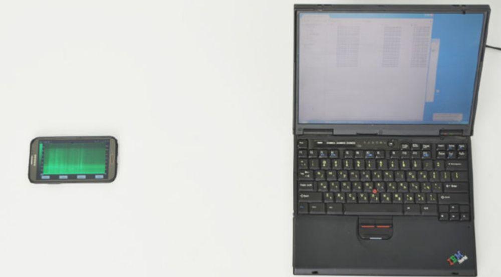 Mobilens mikrofon er vendt mot pc-ens luftinntak. Avstanden gir gode nok opptak til å kunne dekryptere 4096-bit RSA-nøkler.