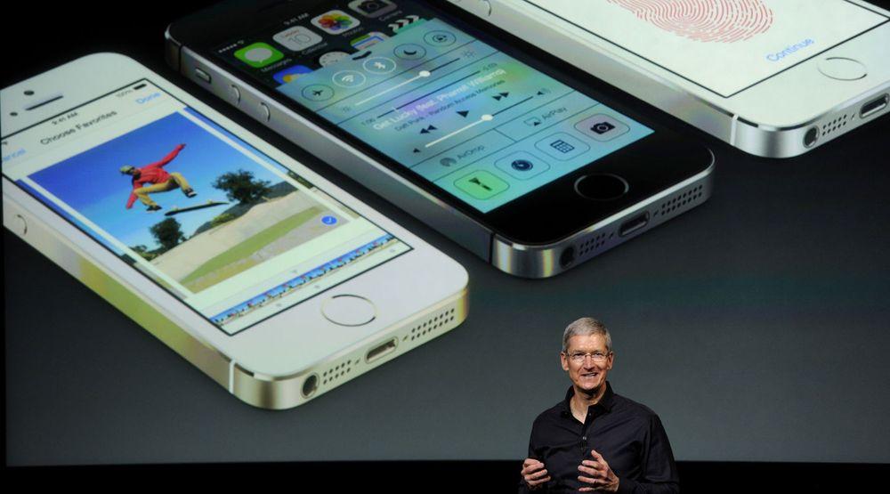 Tim Cook fra presentasjonen av iPhone 5S i fjor høst. Neste uke avduker han det selskapet har hevdet blir deres viktigste produktlansering på over 20 år.