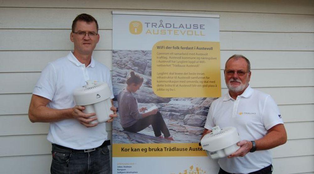 Daglig leder i Austevoll Kraftlag Geir Bergflødt og prosjektleder Arild Nilsen ser frem til å skru på Wi-Fi-nettet som dekker hele kommunen.