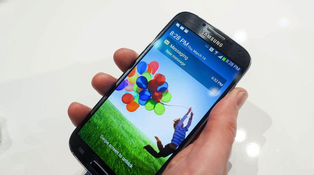 Samsung-flaggskipet Galaxy S4 har solgt i minst 40 millioner eksemplarer siden lansering før sommeren. Siste kvartal økte omsetningen deres av smarttelefoner med 10 prosent, men det er databrikker som opplever størst vekst i omsetningen.