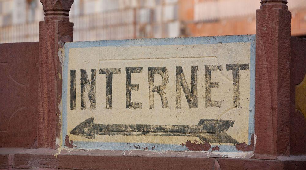 Skilt som leder potensielle kunder til en internettcafé i Jodhpur, Rajasthan, India.