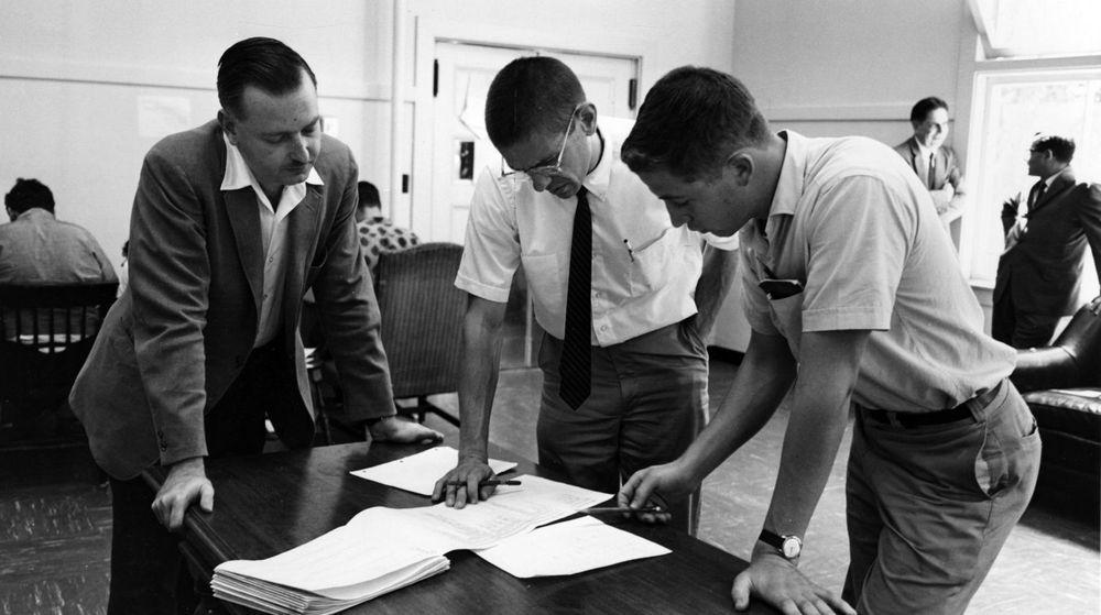 BASIC-oppfinnerne John Kemeny og Tom Kurtz studere BASIC-koden til et program sammen med student ved Dartmouth College.