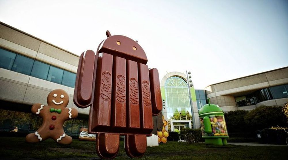Google er saksøkt for ulovlig misbruk av markedsmakt gjennom hemmelige Android-avtaler. Her er operativsystemets maskott fremstilt i form av en kjekssjokolade utenfor selskapets hovedkvarter.