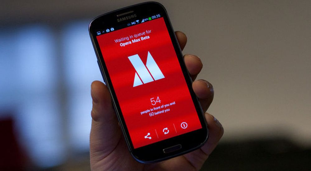 Nye brukere av Opera Max må vente på tur for å få tilgang til Opera Softwares komprimeringstjenester. På bildet oppgis det at vi er på 54. plass. En time senere er vi fortsatt på 54. plass, men antallet bak oss i køen har vokst til mer enn 6000.