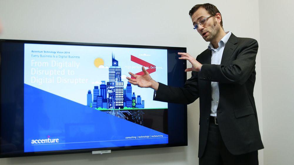 Mikkel Nielsen i Accenture legger frem årets utgave av den årlige «Technology Vision»-rapporten. Den tar for seg seks store trender selskapet mener det er verdt å følge med på å agere etter.