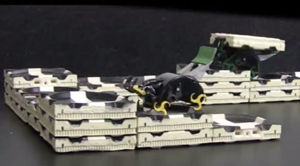 Robotene kommuniserer ikke seg i mellom, og hver robot opptrer uavhengig av de andre. Det de bygger er definert i en serie adferdsregler som tilføres hver robot før byggingen starter. Når byggingen har startet, skal alt gå av seg selv.
