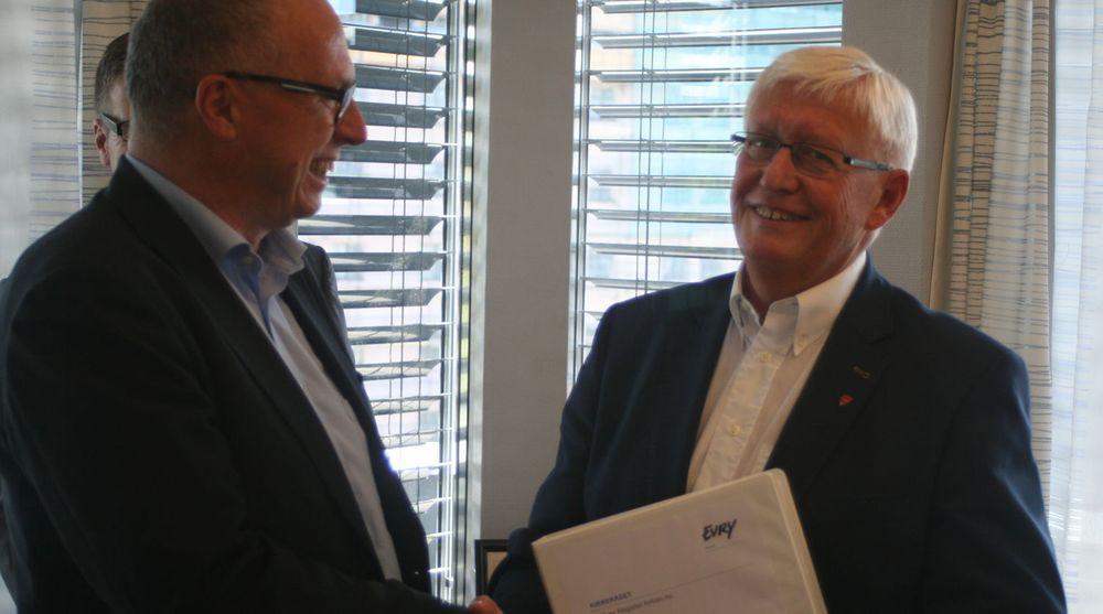Knut Aasrud (t.v) i Evry og Direktør i Kirkerådet Jens-Petter Johnsen inngår driftsavtale.