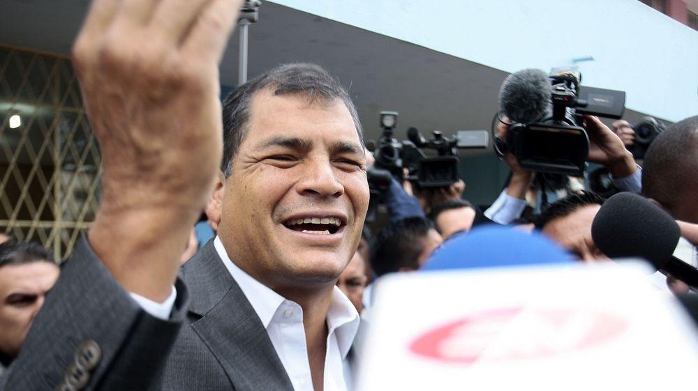 Ecuadors president, Rafael Correa (bildet), vil ta imot NSA-varsler Edward Snowden. Han traff i går diplomater for det latin-amerikanske landet i Moskva.