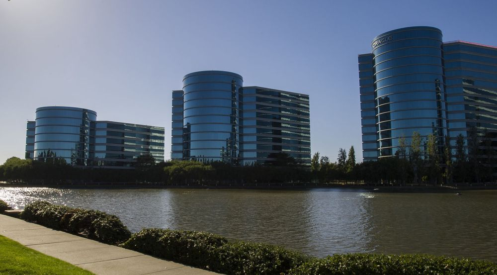 Ariktekturen til Oracle-hovedkvarteret i Redwood City i California understreker hvor grunnleggende databaseproduktet er for selskapet. Ifølge Larry Ellison har blant annet Microsoft og Salesforce tegnet partnerskap rundt 12c, databasens nyeste nettskyutgave.