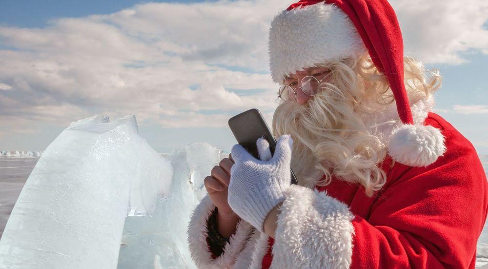 UTEN UNNTAK: Mobilen henger med oss gjennom julehøytiden - uten unntak, skal vi tro en ny undersøkelse av våre digitale vaner.