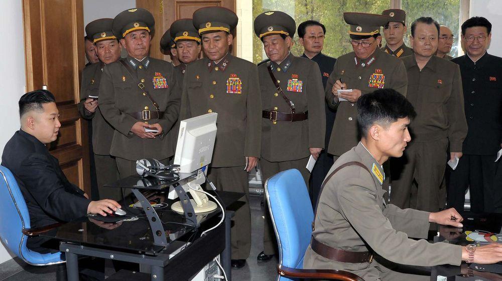 SKAL HA 6.000 MILITÆRE HACKERE: Nord-Koreas spesialavdeling Byrå 121 består av nøye utvalgte kybermilitære. Bildet viser diktator Kim Jong-un bruke pc under et besøk ved landets millitære luftkommando.