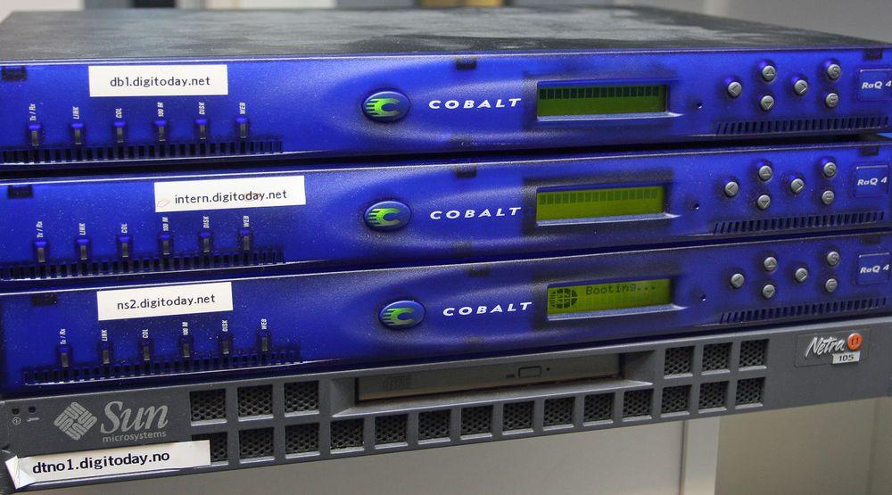 STØVETE: Alle Cobalt-maskinene starter fortsatt, men ikke uten så rent lite leven fra slitte vifter og disker. Bare den som fungerte som DNS-server laster faktisk inn operativsystemet. Sun-serveren er heller ikke helt død.