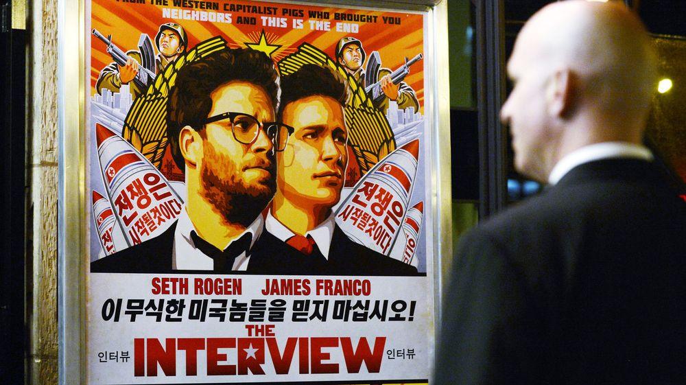 En sikkerhetsvakt står ved inngangen til en kino i Los Angeles i USA under premieren til filmen «The Interview» den 11. desember.