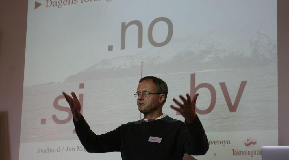 TRYGG DATAHAVN: Operas teknologidirektør Håkon Wium Lie tar til orde for en kreativ bruk av .bv og .sj. Her fra gårsdagens åpne høring i Teknologirådet. - Mange av dere har vært med på å pushe internett i Norge, og vi har lykkes langt mer enn noen kunne drømme om. Men da har vi også et ansvar for å prøve å gjøre det bedre når vi ser at det ikke fungerer like bra på alle områder. Dette er opportunistisk forslag, sier han.