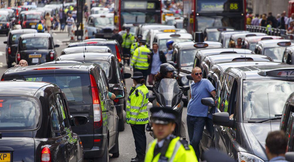KAOS i Londons gater da drosjenæringen i sommer protesterte mot mobilappen Uber.
