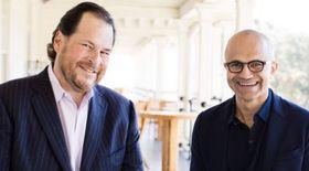 Salesforce-sjefen Marc Benioff og Microsofts toppsjef Satya Nadella virker fornøyd med sitt nye samarbeid.