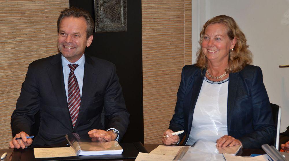 Anders Hauglie-Hanssen fra Eltel Sønnico signerer ny avtale med Telenor Norges Berit Svendsen.