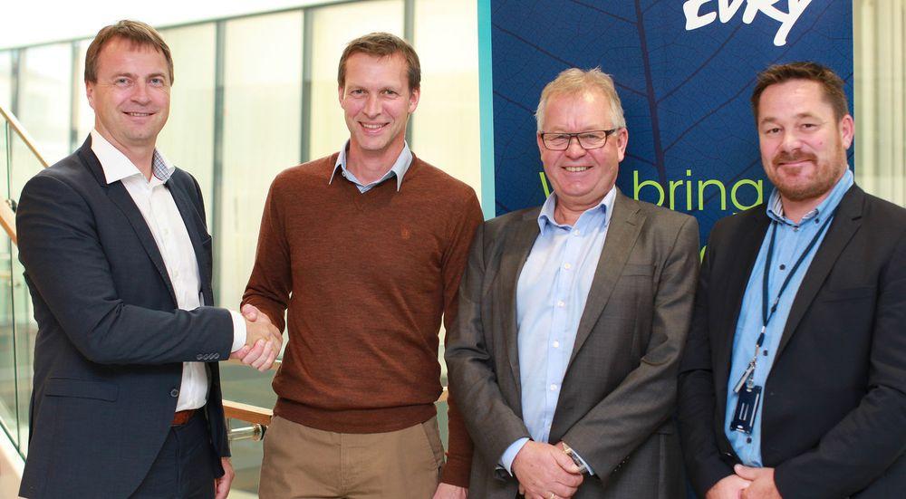 Skagerak Energi har inngått en større driftsavtale med Evry. Bildet er tatt etter signeringen. Fra venstre Morten Sæther (Evry), Espen Behring (Skagerak Energi), Tor Sveinung Simones (Evry) og Asle Fossberg (Evry).