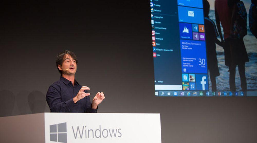 TAKTSKIFTE: Microsoft tar steget inn i framtiden, er åpne og skal lytte og lære, skriver kronikkforfatteren. Bildet viser Windows-direktør Joe Belfiore som denne uken for første gang viste fram en smakebit av Windows 10 som skal utgis i løpet av neste år.