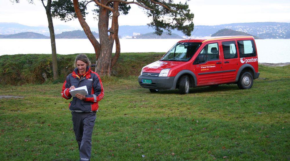 Postbud Carina Pedersen vil få mindre offentlig post å dele ut fremover. Men Posten vil ta det igjen på nettet.