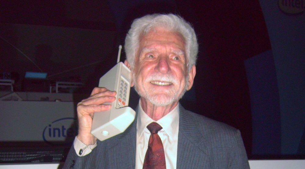 Martin Cooper var divisjonssjef i Motorola da han den 3. april 1973 utførte den første mobilsamtalen fra et håndholdt apparat. Her avbildet under en konferanse i 2007 med den 40 år gamle prototypen til Motorola DynaTAC.