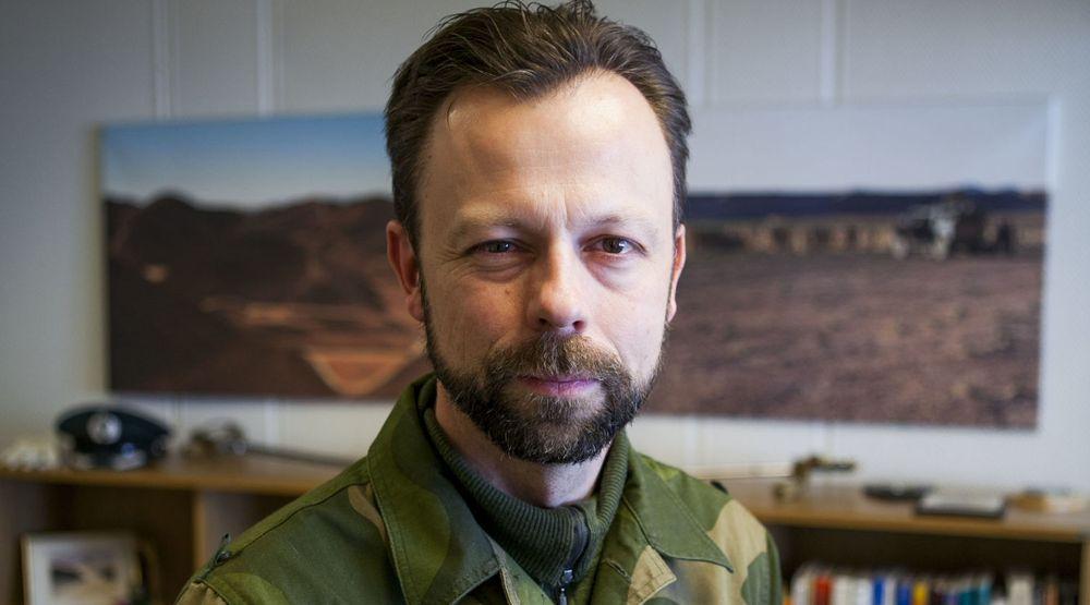 Kyberteknikker er våpen. Et skjold er ikke tilstrekkelig, mener oberstløytnant Roger Johnsen, sjef for Forsvarets ingeniørhøgskole. Sverdet han sikter til er ikke sitt eget offiservåpen som vi skimter i bakgrunnen.