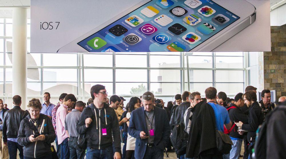 Programvarehus som ikke prioriterer mobil framfor pc vil falle akterut, spår Cyrus Mewawalla. Bildet er fra presentasjonen av iOS7 på Apples utviklerkonferanse 10. juni.