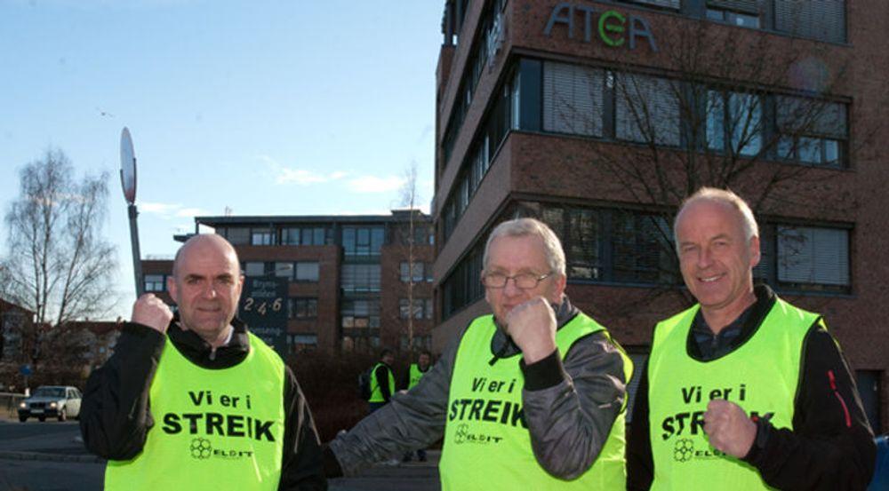 De El- og IT organiserte i Atea streiker for å tvinge IT-selskapet til å innføre tariffavtale. Tirsdag gikk flere hundre fagforeningskollegaer ut i sympatistreik. Bildet er tatt for en uke siden. Ingen av de tre på bildet ville ha navnet sitt i avisen.