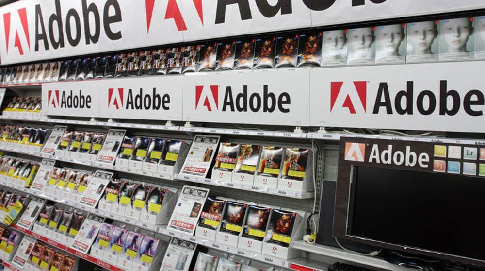 NETTSKYEN FOR ALLE PENGENE: Adobe gjør slutt på slike bugnende butikkhyller med programvarepakker. Bildet er tatt i en elektronikkforretning i Tokyo i 2012.