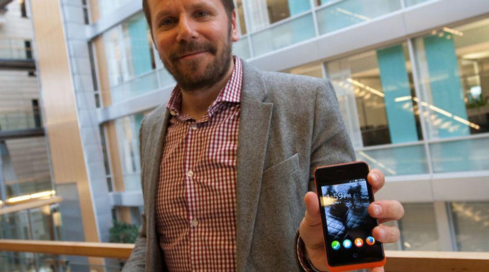 Native apper kommer til å forsvinne, hvis vi skal tro Frode Vestnes i Telenor. Prosjektlederen viser her fram den første utviklertelefonen med Firefox OS laget av spanske Geekphones.