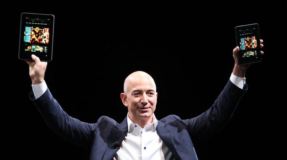 Amazon begynner nå å selge Kindle Fire i 170 land. Toppsjef Jeff Bezos viser her frem brettene ved USA-lanseringen høsten 2012.