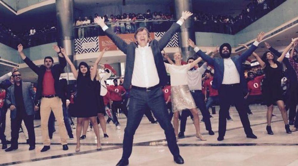 MED PÅ DANSEN: Operas toppsjef Lars Boilesen (i midten) svingte seg i New Dehli i går, for å markere selskapets milepæl i India.