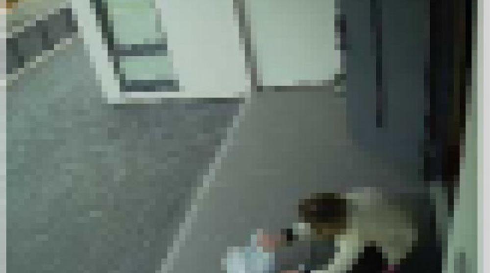 Skjermbilde fra Insecam som gjengir et bilde fra et kamera som overvåker et inngangsparti et sted i Norge. Bildet er pikslert av redaksjonen.