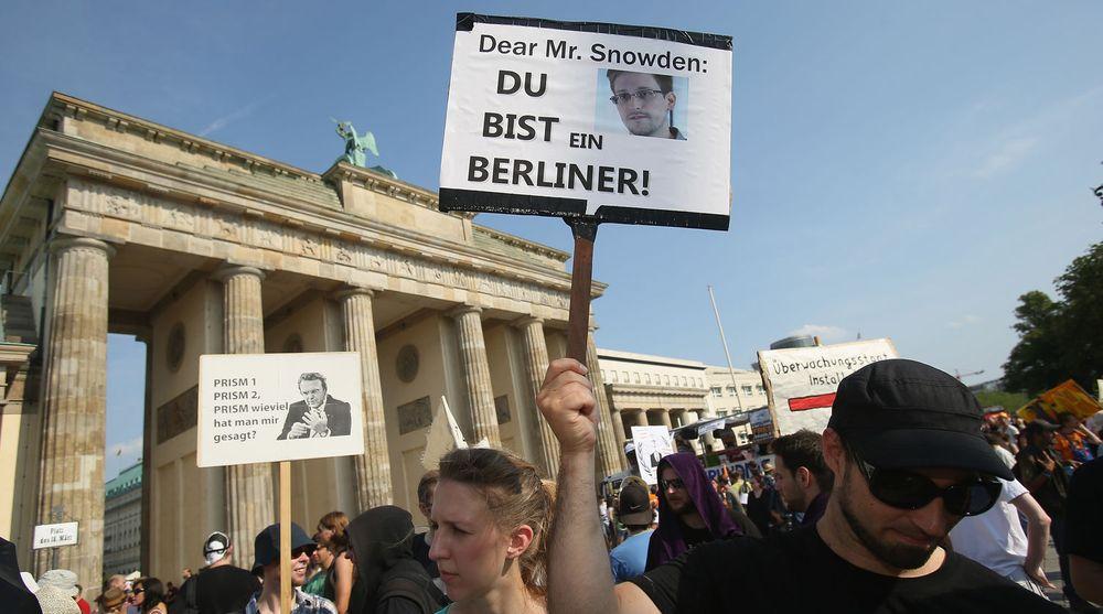Edward Snowden oppnådde raskt støtte i Tyskland. Bildet er er fra en demonstrasjon i Berlin i slutten av juli i fjor. Nå vurderer tyske politikere tiltak som begrenser amerikanske myndigheters muligheter til å overvåke sentrale deler av det tyske samfunnet.