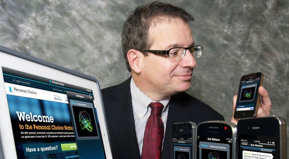 Stephen Gold, visepresident i IBM og ansvarlig for Watson Solutions, viser Watson Engagement Advisor på pc og som mobil app.
