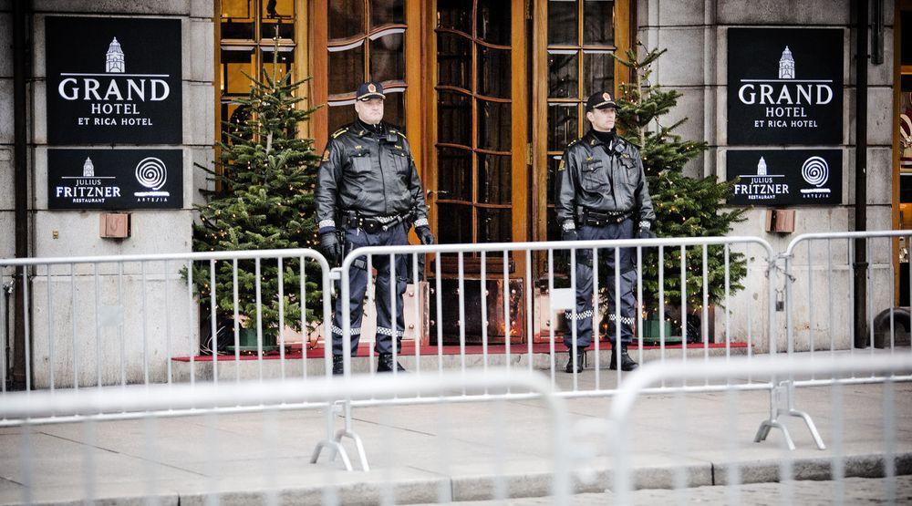 Politiet opplevde at Nødnettet ikke fungerte på Grand Hotel i Oslo der sikkerhetsavhengige utlendinger gjerne søker ly for natten. Kontrollkomiteen vil blant annet vite hvorfor en funksjon som sikrer innendørsdekning i det svenske nødnettet, ble strøket fra anbudet til det norske nødnettet.
