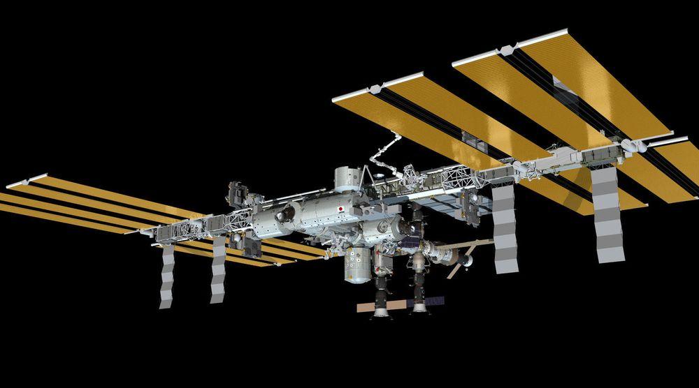 Tegning av ISS slik den vil se ut den 30. mai 2013. Da vil tre ulike romfartøyet (Soyuz 35, Soyuz 34 og Progress 50) være fortøyd i romstasjonen.