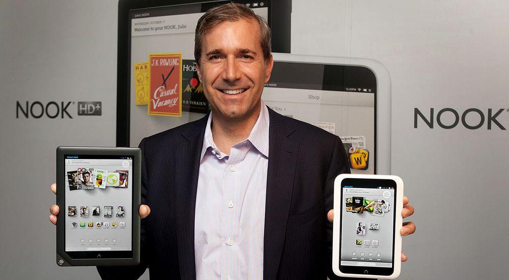 TAPSSLUK: Barnes & Noble-direktør William Lynch med to av selskapets Android-baserte brett, som har påført bokgiganten store tap.